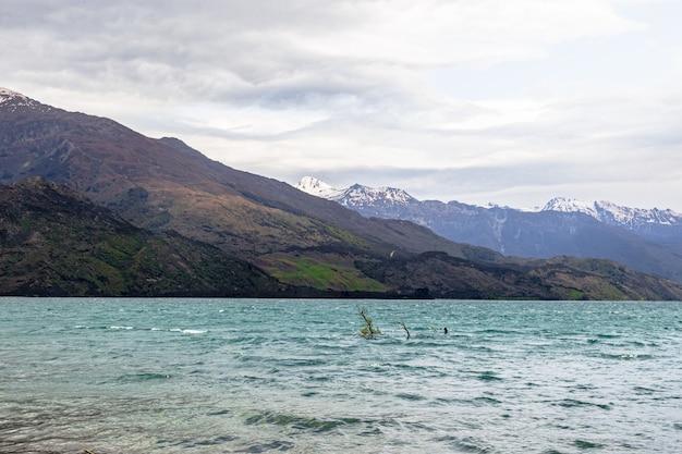 Красивое озеро ванака южный остров новая зеландия