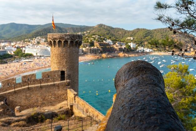 여름에 토사 데 마르 성에서 아름다운 전쟁 대포, 지중해 카탈로니아의 코스타 브라바에 있는 지로나