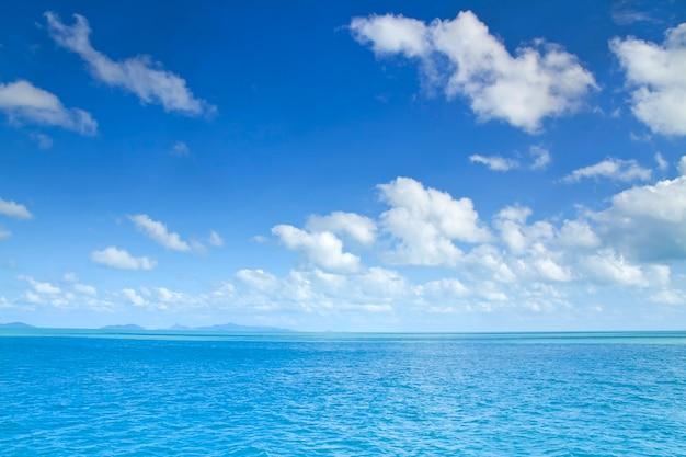 Красивый морской пляж идеально подходит на белом песке бирюзовый