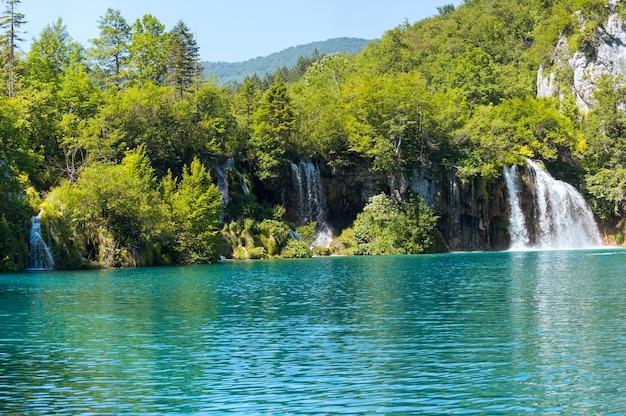 プリトヴィツェ湖群国立公園(クロアチア)の美しい滝と青い澄んだ湖