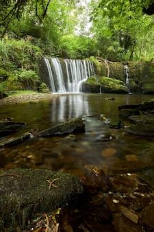 Красивый водопад в лесу в галисии, испания, известный под названием сан-педро-де-инчио.