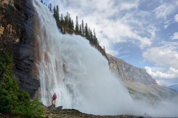 Красивый водопад в канадских горах