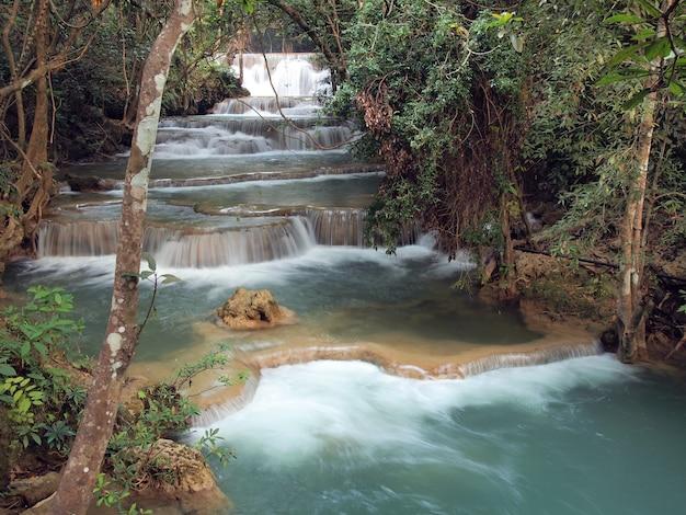 スリナカリンダム国立公園、カンチャナブリー県、タイの美しい滝