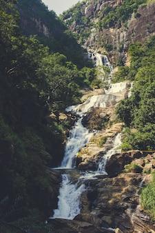 スリランカの森の中の美しい滝。ランボダ滝