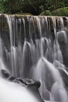 Красивый водопад в джунглях, остров самуи, таиланд