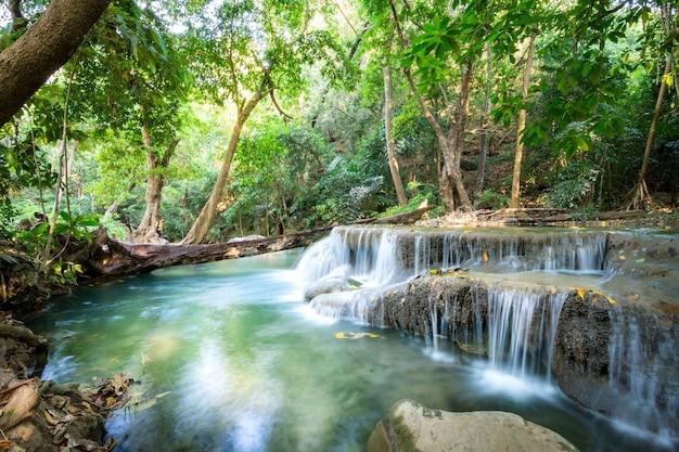 태국의 tripical 숲에서 아름 다운 폭포입니다.
