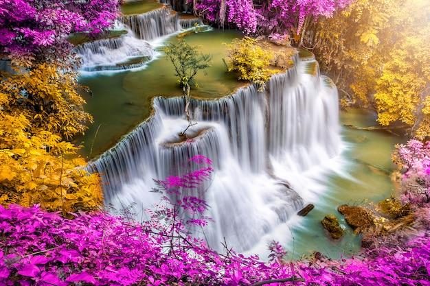 여름 날에 화려한 깊은 숲의 아름다운 폭포 자연 풍경