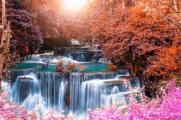 夏の日にカラフルな深い森の美しい滝自然風景