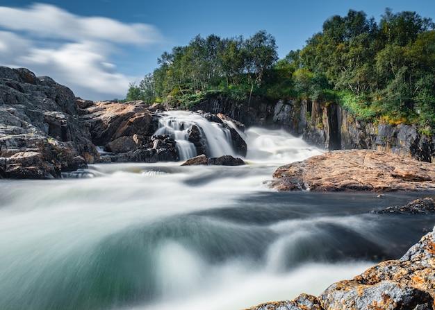 Красивый водопад на реке титовка в тундре кольского полуострова после весенних дождей
