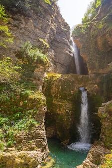 アルバニアの透き通った水と美しい滝