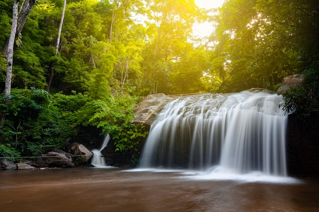 ジャングルの中で日光が差し込む美しい滝、haew suwat滝