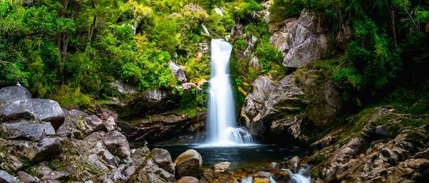 「緑豊かな自然の中の美しい滝、ワイヌイ滝、アベルタスマン、ニュージーランド。