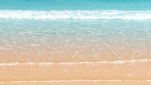 ビーチの背景に美しい波