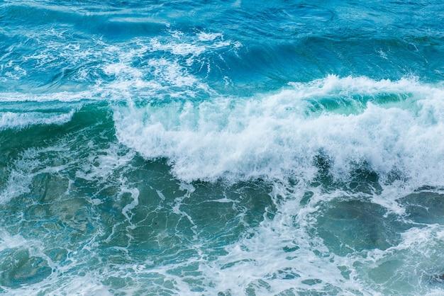 青い海の美しい波、晴れた日
