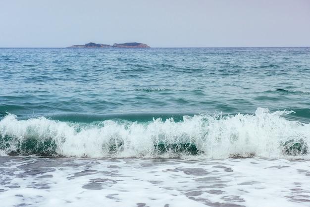 Красивые волны на море