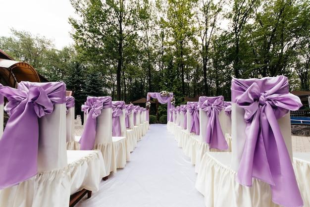 Красивая свадебная арка фиолетового цвета