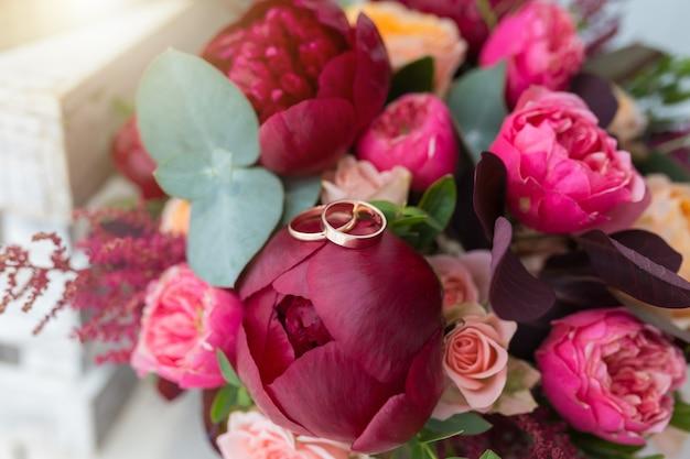 Красивый свадебный букет и золотые кольца