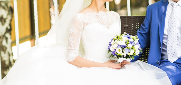 Красивый свадебный букет в руках невесты крупным планом