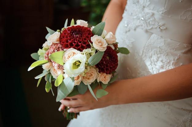 Красивый свадебный букет в руках невесты