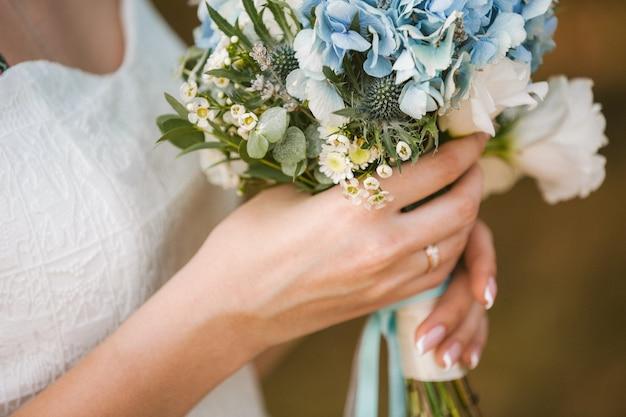 신부의 손에 꽃의 아름 다운 웨딩 부케