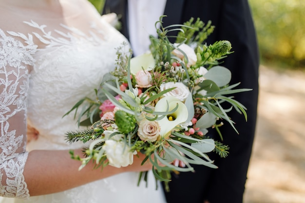 Красивый свадебный букет цветов