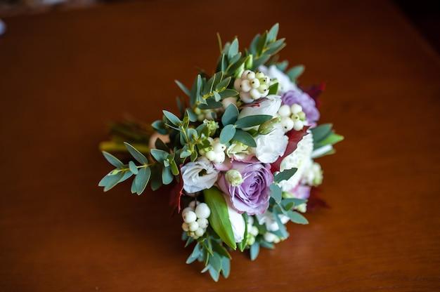 Красивый свадебный букет из живых цветов.
