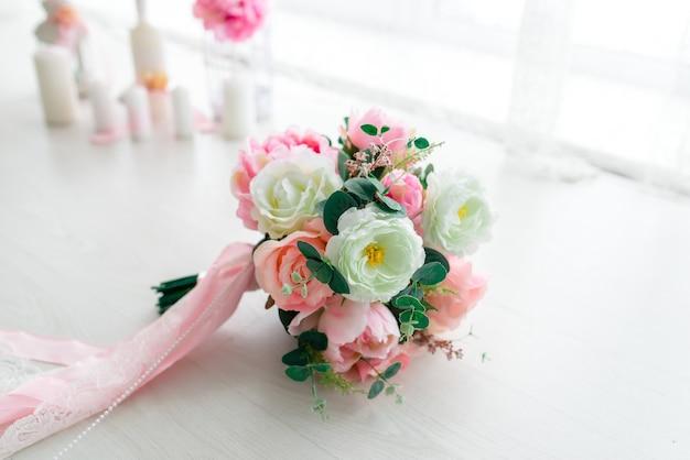 ピンクと白の花の美しいウェディングブーケ。