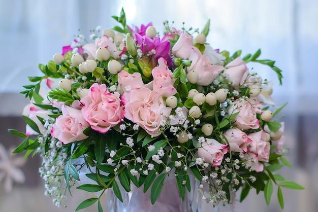 Красивый свадебный букет невесты с нежными розовыми розами крупным планом