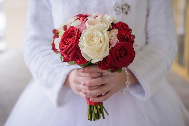 Красивый свадебный букет из белых и красных роз