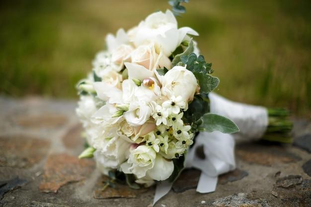 白いバラとアジサイの美しいウェディングブーケ