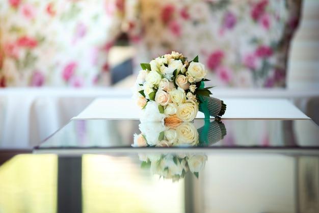 テーブルの上の美しいウェディングブーケ