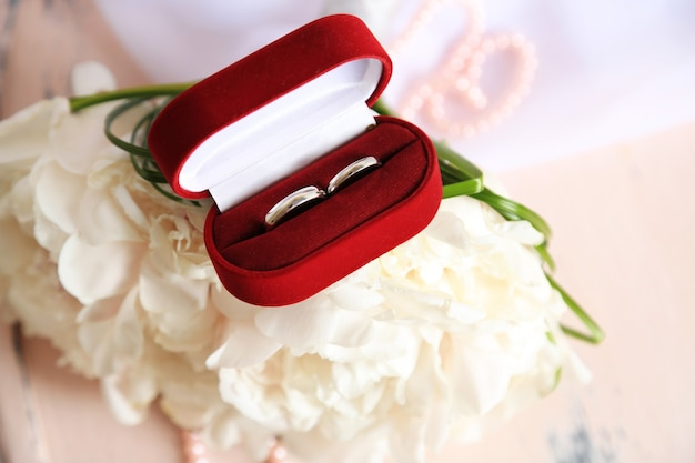 Красивый свадебный букет на деревянном стуле