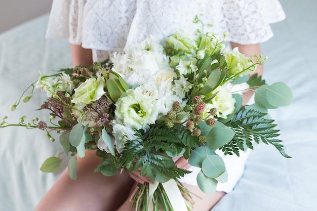신부의 손에 다른 꽃과 함께 아름 다운 웨딩 부케.
