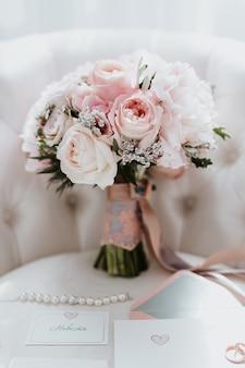 Красивый свадебный букет с красными, розовыми и белыми цветами, розами и эвкалиптом, пионами, каллами
