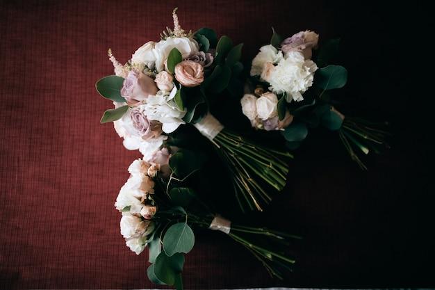 신부와 여자 친구를위한 아름다운 웨딩 부케