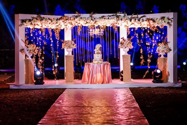 결혼식 피로연에서 아름 다운 웨딩 케이크