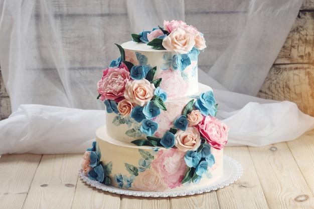 장미로 장식 된 아름다운 웨딩 케이크
