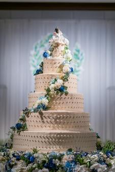 背景をぼかす美しいウエディングケーキ