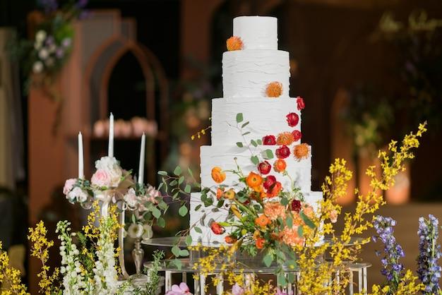블러와 함께 아름 다운 웨딩 케이크