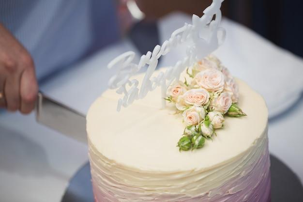Красивый свадебный торт с цветами