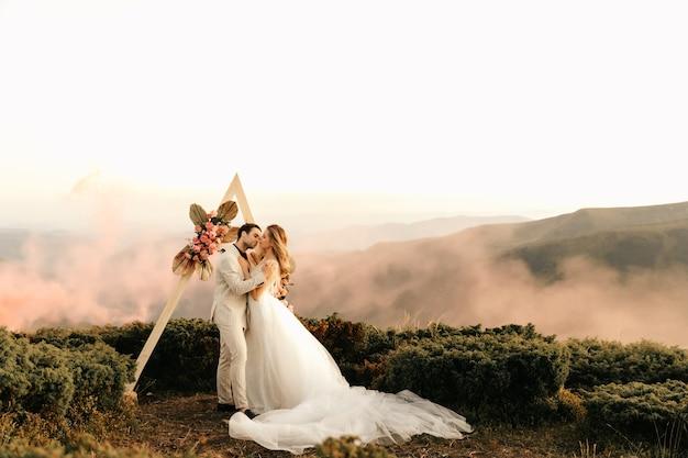 Красивая свадебная церемония в горах, свадебная пара влюбленных молодоженов.