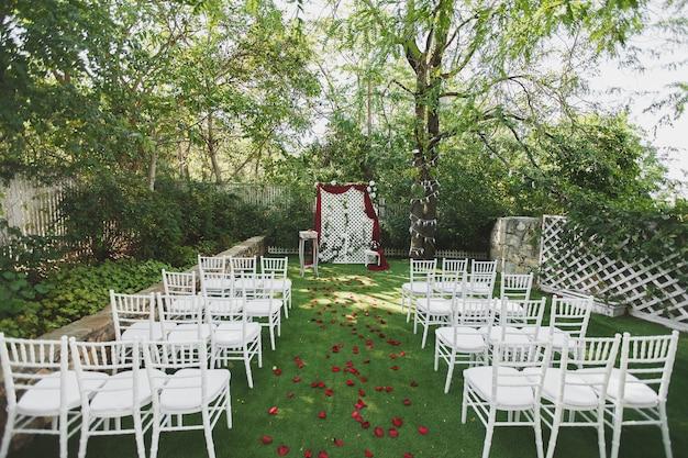 Красивая свадебная церемония в парке