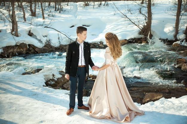 川沿いの美しい結婚式のカップル
