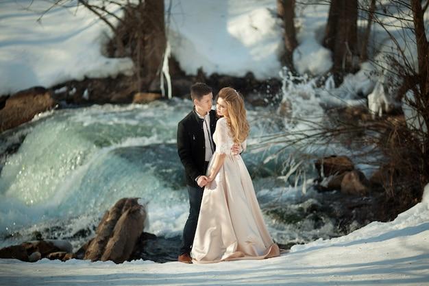 Красивая свадебная пара у реки