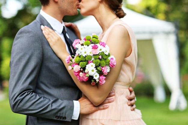 結婚式を楽しむ美しい結婚式のカップル
