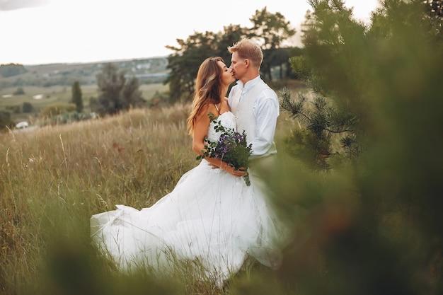 여름 필드에서 아름 다운 웨딩 커플