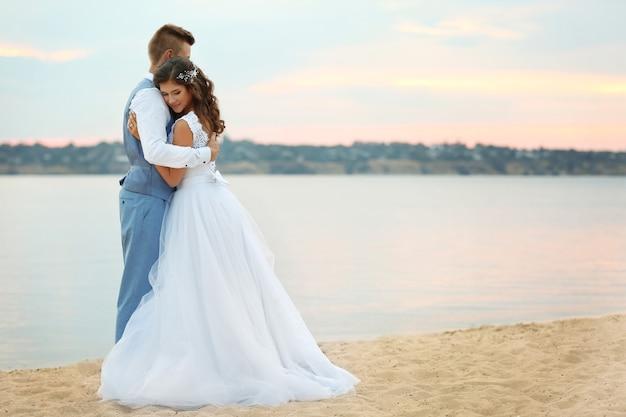 Красивая свадебная пара возле реки