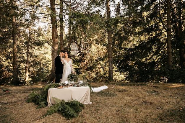 Красивая свадьба пара молодоженов, обниматься на фоне леса.