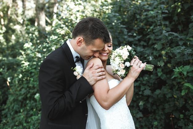 공원에서 포즈를 취하는 아름 다운 웨딩 커플
