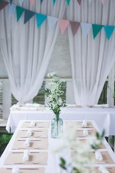 Красивый свадебный стол, украшенный белой скатертью